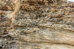 Βράχος απότομων βράχων με την τρύπα από τη διάβρωση θαλάσσιου νερού Στοκ Εικόνα