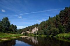 Βράχος ` απότομων βράχων ` ST George στην ακτή του ποταμού Chusovaya Στοκ εικόνα με δικαίωμα ελεύθερης χρήσης