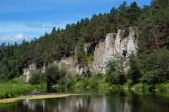 Βράχος ` απότομων βράχων ` ST George στην ακτή του ποταμού Chusovaya Στοκ εικόνες με δικαίωμα ελεύθερης χρήσης