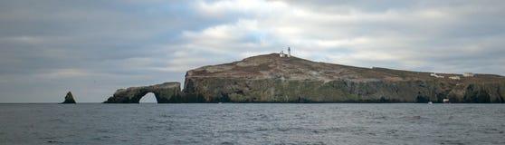 Βράχος αψίδων και φάρος του νησιού Anacapa του εθνικού πάρκου νησιών καναλιών από χρυσή ακτή Καλιφόρνιας Ηνωμένες Πολιτείες στοκ εικόνες με δικαίωμα ελεύθερης χρήσης