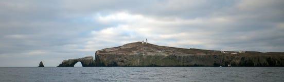 Βράχος αψίδων και φάρος του νησιού Anacapa του εθνικού πάρκου νησιών καναλιών από χρυσή ακτή Καλιφόρνιας Ηνωμένες Πολιτείες στοκ φωτογραφίες με δικαίωμα ελεύθερης χρήσης