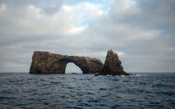 Βράχος αψίδων του νησιού Anacapa του εθνικού πάρκου νησιών καναλιών από χρυσή ακτή Καλιφόρνιας Ηνωμένες Πολιτείες στοκ φωτογραφίες