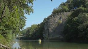 Βράχος επάνω από τον ποταμό απόθεμα βίντεο