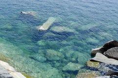 Βράχος κάτω από το καθαρό ύδωρ Στοκ Φωτογραφία