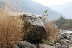 Βράχος και ποταμός στοκ φωτογραφίες με δικαίωμα ελεύθερης χρήσης