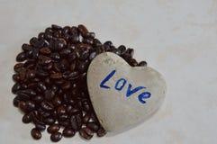 Βράχος καρδιών και μαύρο φασόλι καφέ ψητού στοκ φωτογραφίες με δικαίωμα ελεύθερης χρήσης