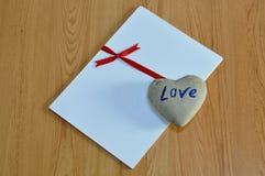 Βράχος καρδιών στην κόκκινη κορδέλλα δεσμών της Λευκής Βίβλου Στοκ φωτογραφία με δικαίωμα ελεύθερης χρήσης