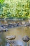 Βράχος, καταρράκτης και κανάλι στον κήπο Στοκ Εικόνες