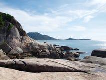 Βράχος κοντά στην παραλία Στοκ εικόνα με δικαίωμα ελεύθερης χρήσης