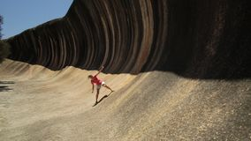 Βράχος κυμάτων surfer φιλμ μικρού μήκους