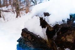 Βράχος με το χιόνι Στοκ εικόνες με δικαίωμα ελεύθερης χρήσης