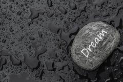 Βράχος με το όνειρο μηνυμάτων σε ένα υγρό υπόβαθρο στοκ φωτογραφία με δικαίωμα ελεύθερης χρήσης