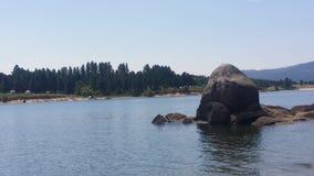 Βράχος νησιών στην μπλε λίμνη Στοκ Εικόνες