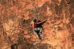 βράχος ορειβατών απότομων  Στοκ εικόνες με δικαίωμα ελεύθερης χρήσης