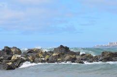 Βράχος, ουρανός, σύννεφα, βουνά στοκ εικόνα με δικαίωμα ελεύθερης χρήσης