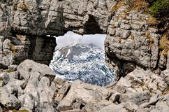Βράχος παραθύρων στα βουνά Στοκ φωτογραφία με δικαίωμα ελεύθερης χρήσης