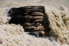 Βράχος που στέκεται ενάντια στα ταραχώδη νερά Στοκ φωτογραφίες με δικαίωμα ελεύθερης χρήσης