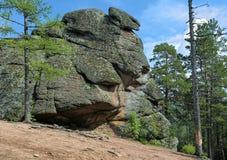 Βράχος πυλών λιονταριών στο άδυτο φύσης Krasnoyarsk Stolby, Σιβηρία, Ρωσία στοκ φωτογραφία με δικαίωμα ελεύθερης χρήσης