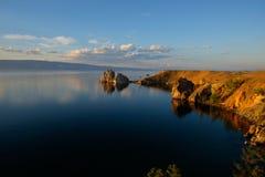 Βράχος σαμάνων στο ηλιοβασίλεμα, νησί Olkhon, λίμνη Baikal, Ρωσία Στοκ φωτογραφία με δικαίωμα ελεύθερης χρήσης