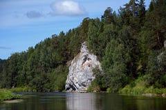 Βράχος ` σκοπών απότομων βράχων ` στην ακτή του ποταμού Chusovaya Στοκ Εικόνες
