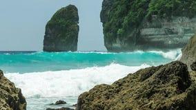 Βράχος στην ακτή Tembeling Ωκεάνια κύματα που κινούνται προς την ακτή σε Nusa Penida islan Μπαλί Ινδονησία απόθεμα βίντεο