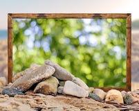 Βράχος στην παραλία με το όμορφο δασικό πλαίσιο εικόνων bokeh και Στοκ εικόνες με δικαίωμα ελεύθερης χρήσης