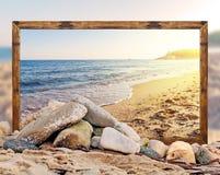 Βράχος στην παραλία με το όμορφο πλαίσιο εικόνων παραλιών και θολωμένος Στοκ Εικόνες