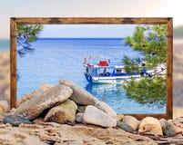 Βράχος στην παραλία με το όμορφο πλαίσιο εικόνων παραλιών και θολωμένος Στοκ φωτογραφία με δικαίωμα ελεύθερης χρήσης