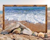 Βράχος στην παραλία με το όμορφο πλαίσιο εικόνων παραλιών και θολωμένος Στοκ φωτογραφίες με δικαίωμα ελεύθερης χρήσης