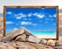 Βράχος στην παραλία με το όμορφο πλαίσιο εικόνων παραλιών και θολωμένος Στοκ εικόνα με δικαίωμα ελεύθερης χρήσης
