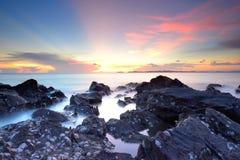 Βράχος στην παραλία στην Ταϊλάνδη Στοκ φωτογραφία με δικαίωμα ελεύθερης χρήσης