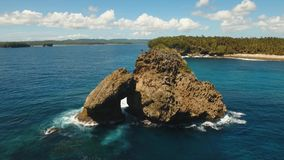 Βράχος στη θάλασσα εναέρια όψη φιλμ μικρού μήκους