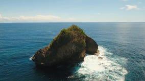 Βράχος στη θάλασσα εναέρια όψη απόθεμα βίντεο