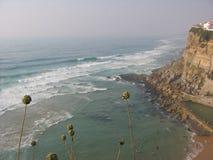 Βράχος στη θάλασσα με τον ωκεανό όσο το μάτι μπορεί να δει Πορτογαλία στοκ φωτογραφία με δικαίωμα ελεύθερης χρήσης