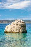 Βράχος στη θάλασσα στην παραλία στο θέρετρο Baska Voda στοκ φωτογραφία με δικαίωμα ελεύθερης χρήσης
