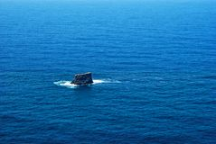 Βράχος στη θάλασσα στη βόρεια ακτή του νησιού flores Στοκ εικόνες με δικαίωμα ελεύθερης χρήσης