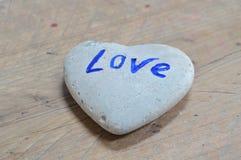 Βράχος στη μορφή καρδιών στο ξύλινο υπόβαθρο στοκ φωτογραφία με δικαίωμα ελεύθερης χρήσης