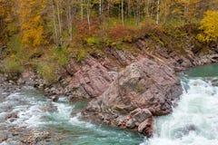 Βράχος στη ροή ρευμάτων της εποχής πτώσης ποταμών βουνών Στοκ Φωτογραφία