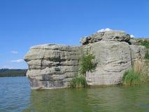 Βράχος στο νερό, βόρεια Βοημία, jezero Machovo Στοκ φωτογραφία με δικαίωμα ελεύθερης χρήσης