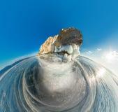 Βράχος στο νησί Olkhon Baikal λιμνών στον πάγο που καλύπτεται στο εναέριο fishe Στοκ εικόνα με δικαίωμα ελεύθερης χρήσης