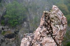Βράχος στο δύσκολο υπόβαθρο Στοκ Εικόνες