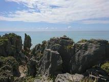 Βράχος τηγανιτών πέρα από seacoast Panakaiki τον ορίζοντα Στοκ Φωτογραφίες