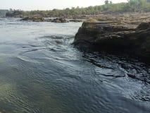 Βράχος τοίχων, εκβολή, ποταμός, ρεύμα, φρέσκια φύση, στρώμα βράχου, Στοκ φωτογραφία με δικαίωμα ελεύθερης χρήσης