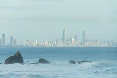 Βράχος Currumbin με την πόλη Gold Coast ως υπόβαθρο Στοκ φωτογραφία με δικαίωμα ελεύθερης χρήσης
