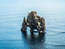 Βράχος Hvitserkur στη θάλασσα, Ισλανδία Στοκ Φωτογραφία