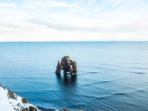 Βράχος Hvitserkur στη θάλασσα, Ισλανδία Στοκ φωτογραφία με δικαίωμα ελεύθερης χρήσης