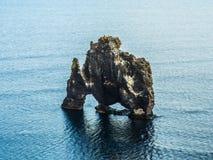 Βράχος Hvitserkur στη θάλασσα, Ισλανδία Στοκ εικόνα με δικαίωμα ελεύθερης χρήσης