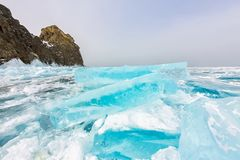 Βράχος Khoboy ακρωτηρίων στο νησί Olkhon, λίμνη Baikal, πάγος hummocks το χειμώνα, Ρωσία, Σιβηρία στοκ εικόνα με δικαίωμα ελεύθερης χρήσης