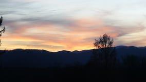 Βράδυ, ηλιοβασίλεμα σούρουπου πέρα από τα μπλε βουνά κορυφογραμμών Στοκ φωτογραφία με δικαίωμα ελεύθερης χρήσης