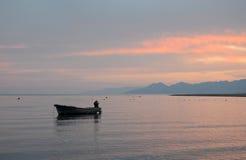 Βράδυ. Μόνη βάρκα εν πλω Στοκ εικόνα με δικαίωμα ελεύθερης χρήσης